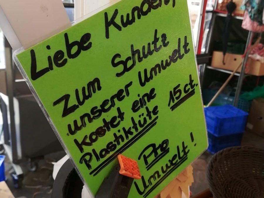 Einwegtüten am Grünen Markt in Bamberg – so denken die Verkäufer*innen über Plastik- und Papiertüten
